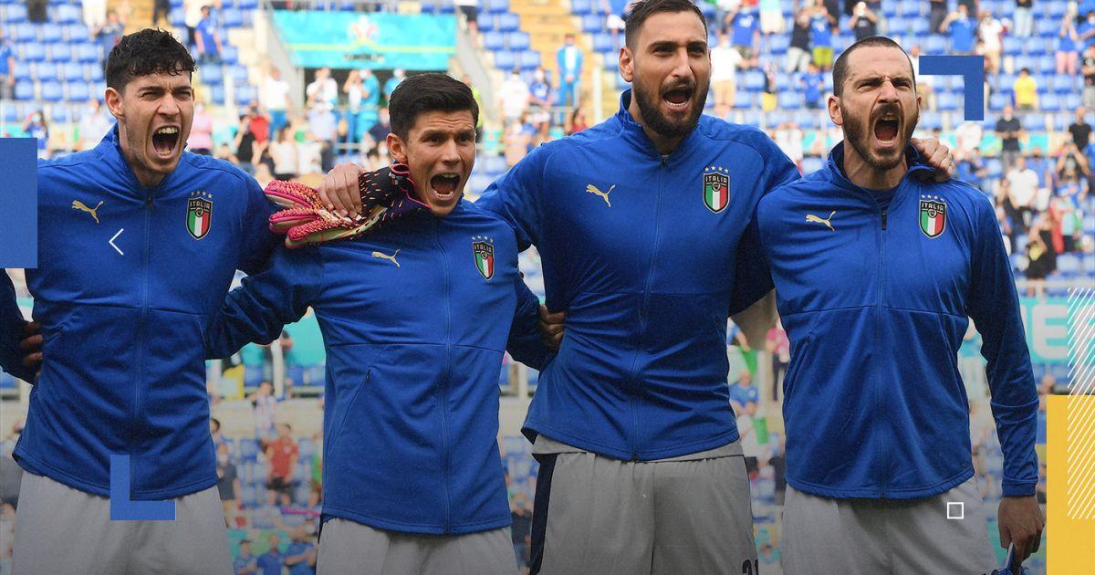Pemain Italia menyanyikan lagu kebangsaan sebelum pertandingan.  Foto: Langit