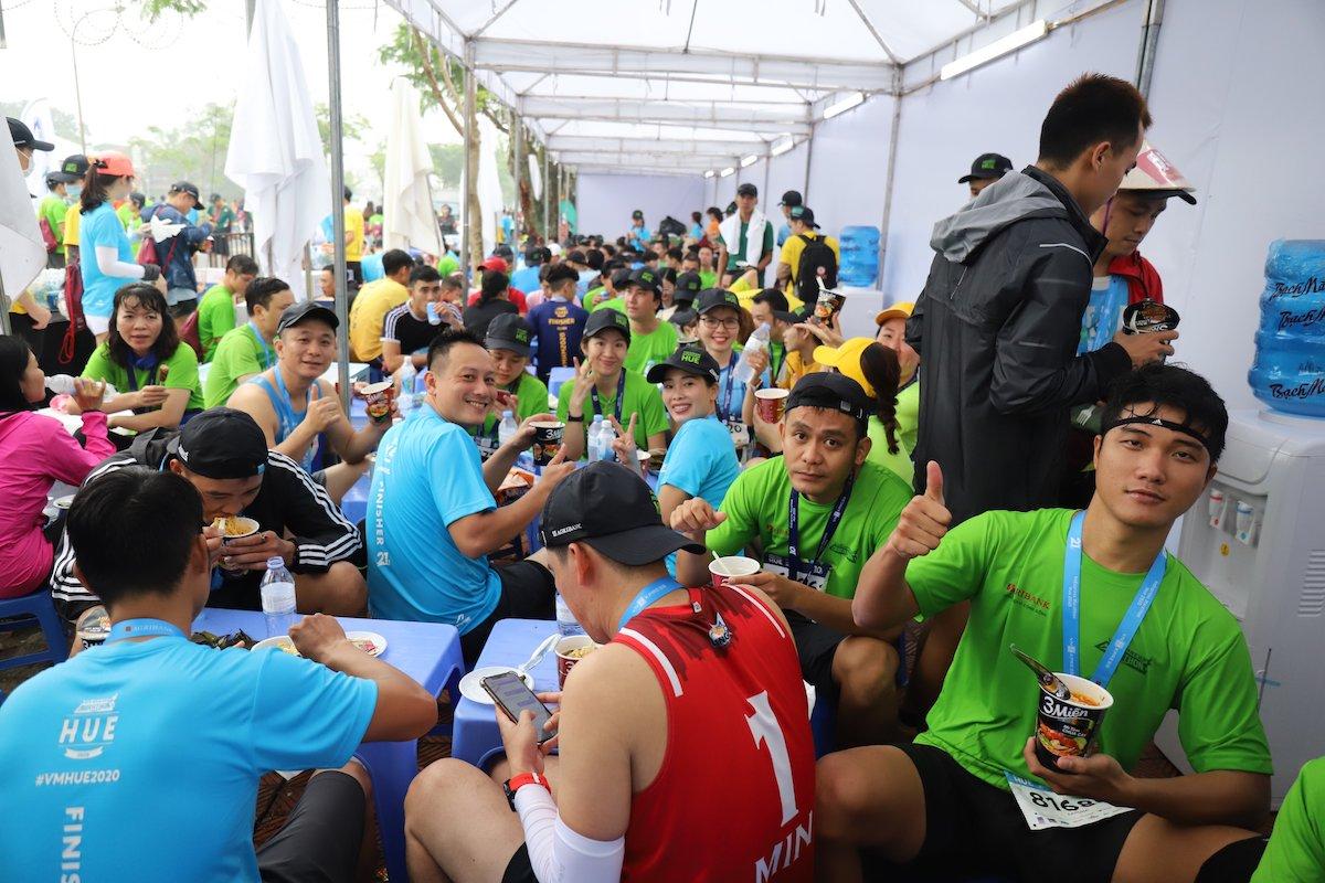 Các vận động viên nạp năng lượng sau khi hoàn thành đường đua. Ảnh: VnExpress Marathon.
