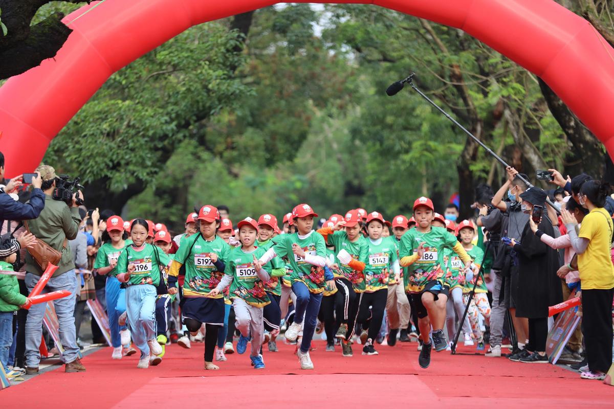 Các em nhỏ cũng được hòa mình vào không khí VnExpress Marathon. Ảnh: Trần Quỳnh.