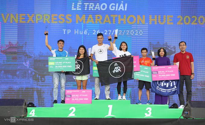 Lê Quang Hòa và Phạm Thị Hồng Lệ là hai nhà vô địch của VnExpress Marathon Huế 2020. Ảnh VnExpress Marathon.