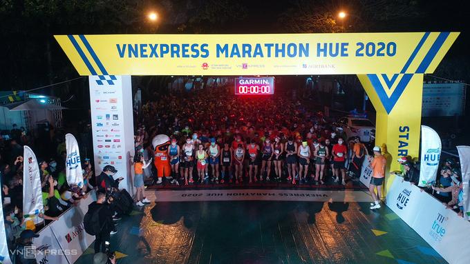 Các vận động viên chuẩn bị xuất phát lúc 4h30 sáng.