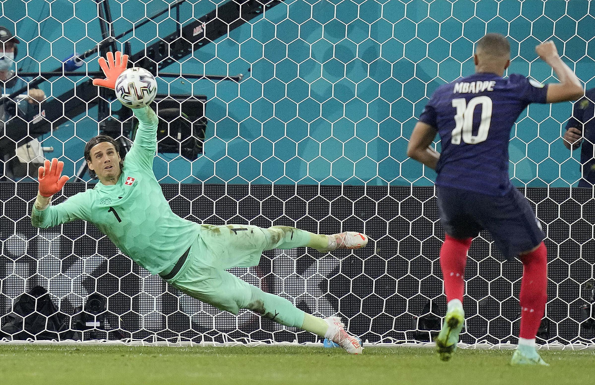Thủ môn Sommer cản cú đá luân lưu quyết định của Mbappe, giúp Thuỵ Sĩ vượt qua Pháp ở vòng 1/8. Ảnh: PA Images