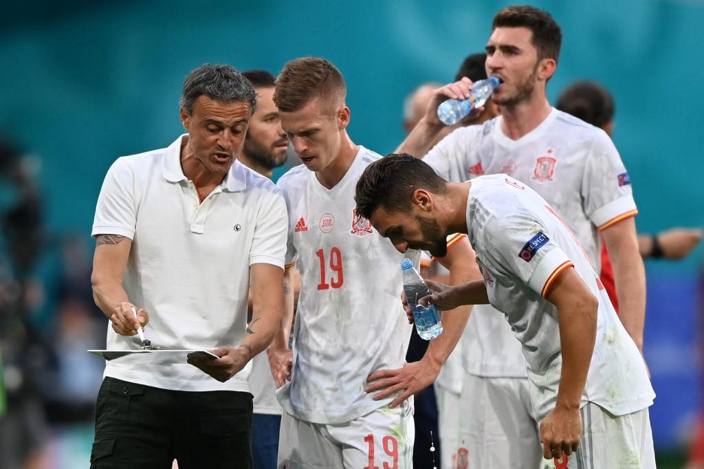 HLV Erique hướng dẫn các cầu thủ Tây Ban Nha trước loạt sút luân lưu. Ảnh: AFP.