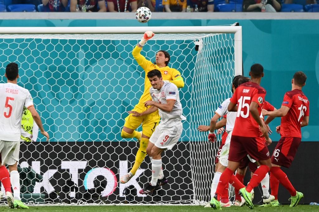 Sommer nhiều lần làm nản lòng các chân sút của Tây Ban Nha. Ảnh: AFP.