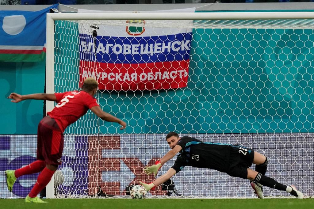 Simon cản đến hai quả luân lưu, giúp Tây Ban Nha vào bán kết Euro 2021. Ảnh: AFP.