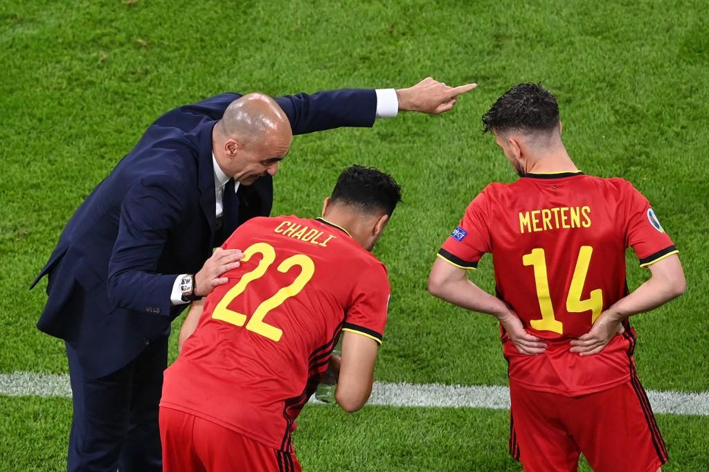 Pelatih Martinez memberikan instruksi sebelum meluncurkan Nacer Chadli dan Dries Mertens ke lapangan dalam pertandingan Italia.  Foto: AFP.