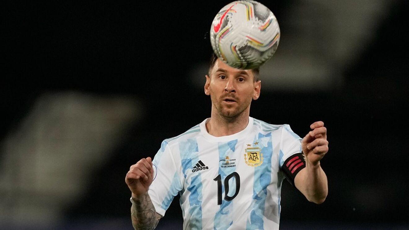 Messi berdiri sebelum kesempatan untuk mencetak rekor lain.  Foto: AP
