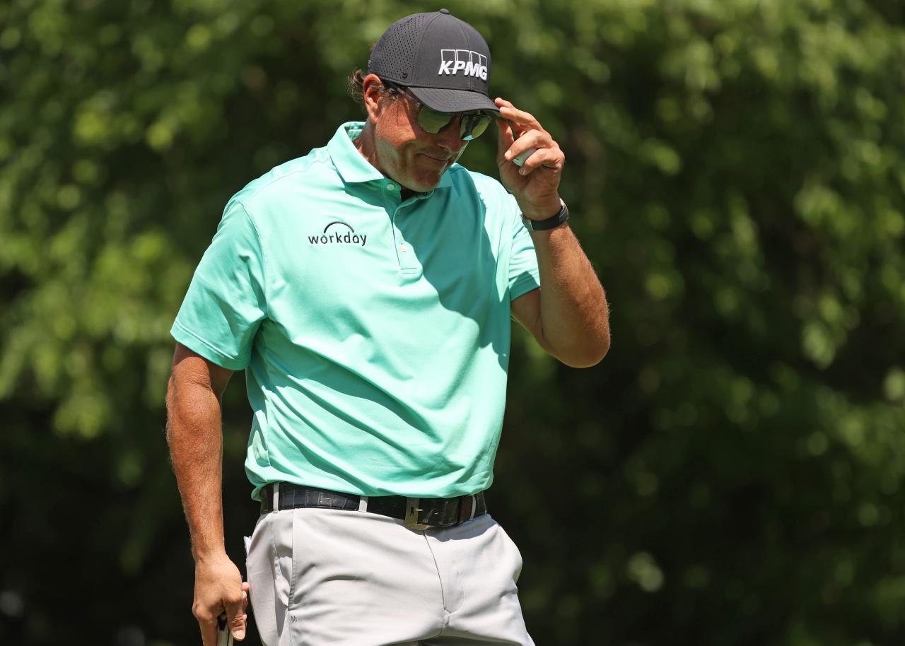 Mickelson tersengat oleh sebuah artikel yang mengangkat cerita lamanya dari 23 tahun yang lalu.  Foto: Intisari Golf