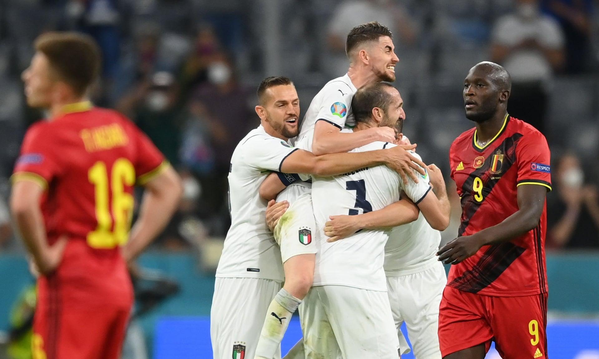 Chiellini dan rekan setimnya di Italia saling berpelukan untuk merayakan kemenangan atas kekecewaan Lukaku dan Thorgan Hazard usai perempat final Euro 2021 di Allianz Stadium, Munich, Jerman pada 2 Juli.  Foto: Reuters