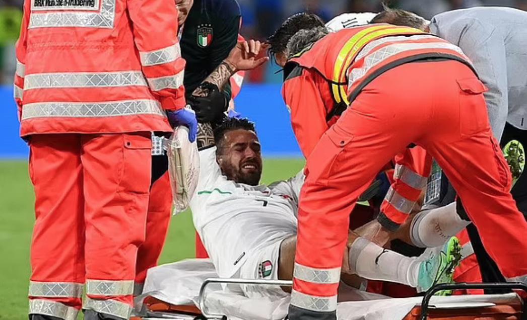 Spinazzola harus membawa staf medis ke atas tandu.  Foto: AFP.