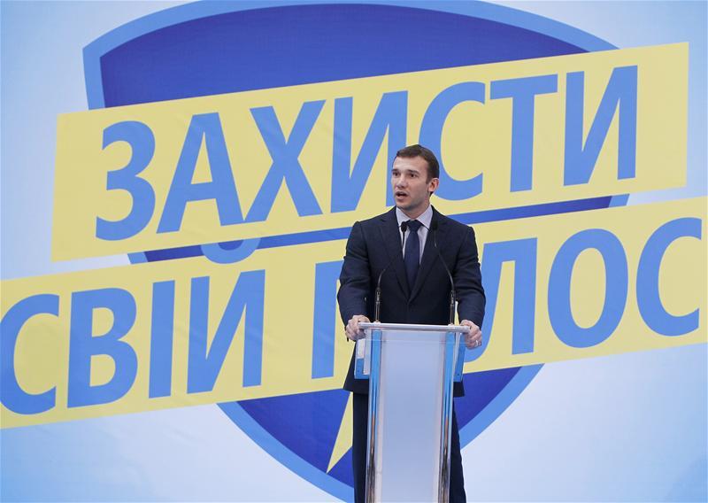 Shevchenko mengangkat ambisi politik setelah pensiun dari sepak bola, tetapi gagal.  Dalam foto tersebut, dia berbicara selama kampanye pemilihan untuk partai Ukraina, Go!.  Foto: AP