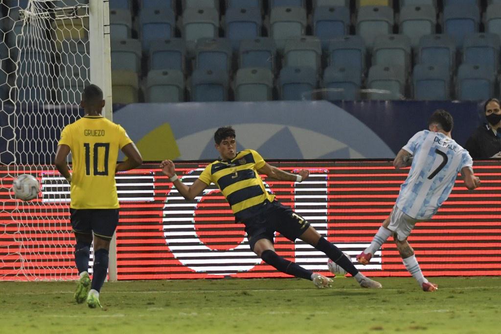 De Paul (số 7) ghi bàn sau khi được Messi trao cơ hội ngon ăn. Ảnh: Reuters