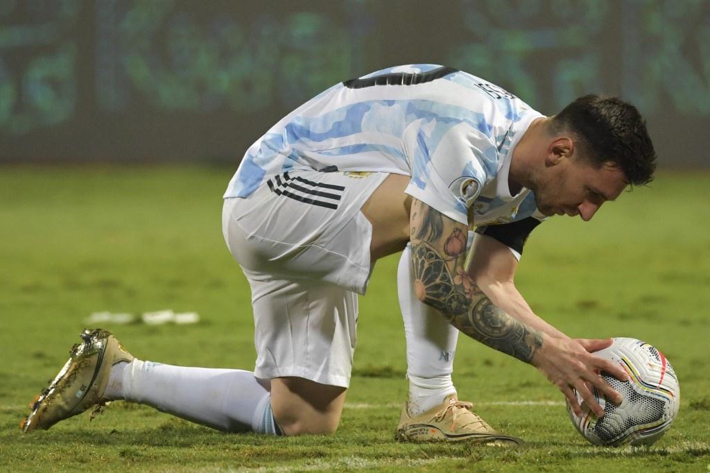 Messi chỉnh bóng trước khi sút phạt ấn định chiến thắng. Ảnh: AFP