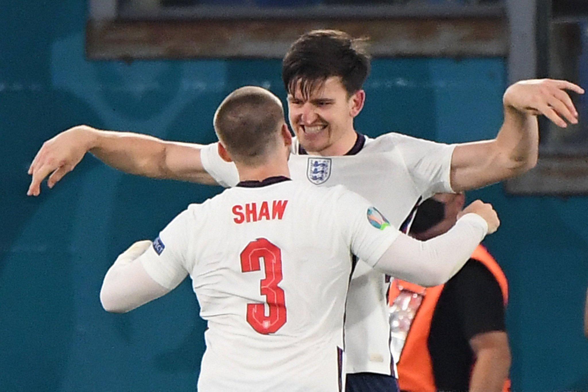 ... rồi chạy đến chia vui với đồng đội. Ảnh: Twitter / England