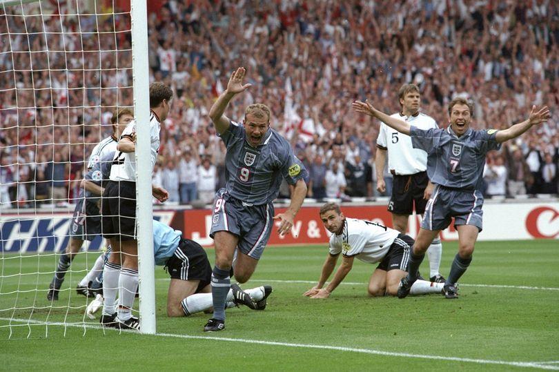 Alan Shearer merayakan golnya ke gawang Jerman di Euro 1996. Foto: AFP.