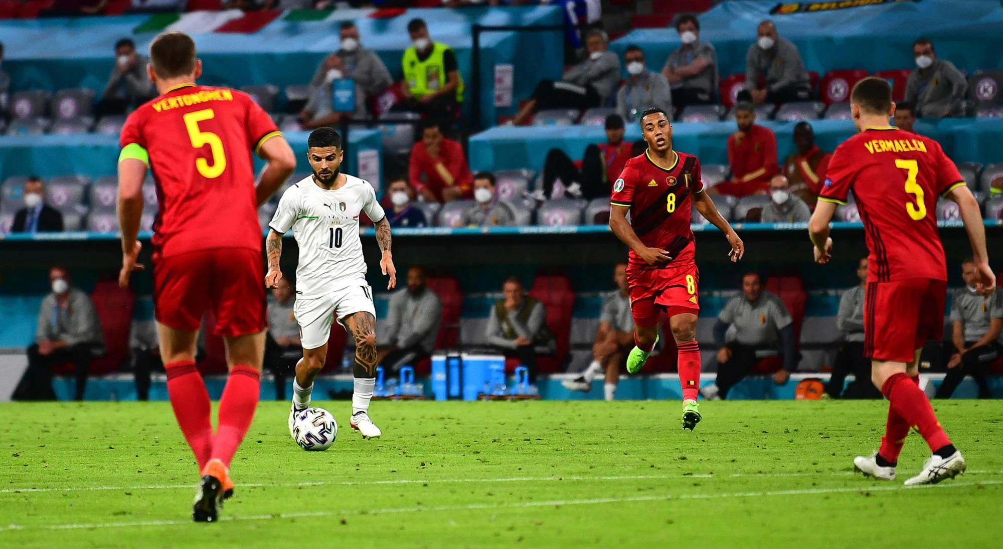 Insigne trong pha dốc bóng trước khi cứa lòng tuyệt đẹp tung lưới Bỉ ở phút 44 trận tứ kết Euro 2021 trên sân Allianz, Munich, Đức hôm 2/7. Ảnh: EPA