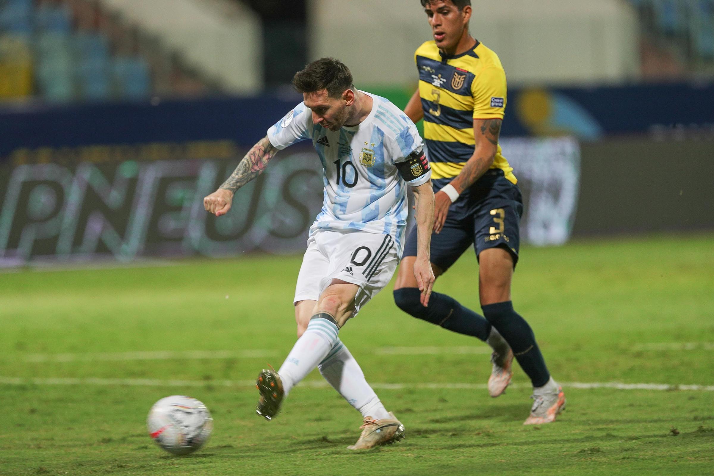 Messi in dấu giày trong cả ba bàn thắng Argentina ghi vào lưới Ecuador. Ảnh: AFA