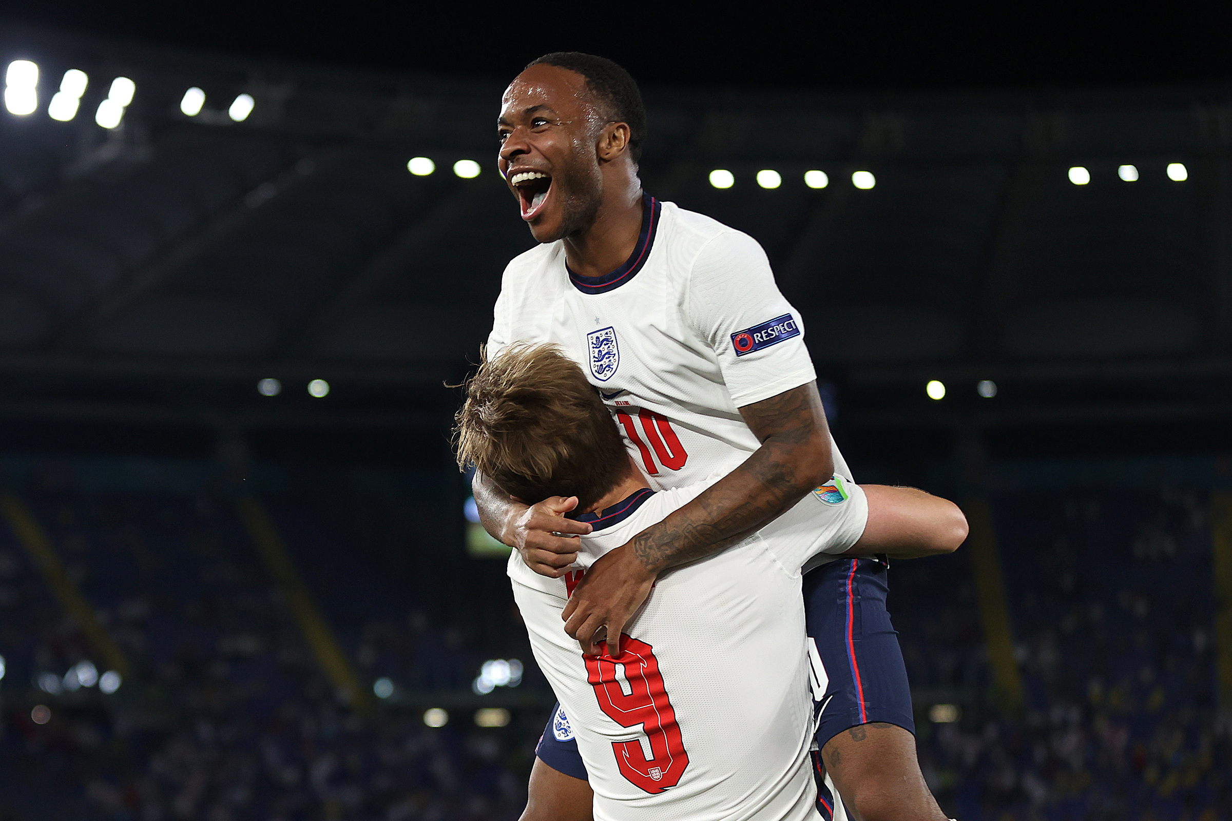 Sterling mengucapkan selamat kepada Kane setelah membantu pemain nomor 9 Inggris membuka skor melawan Ukraina 4-0 di Stadion Olimpico, Roma, Italia pada 3 Juli.  Foto: Twitter / Inggris