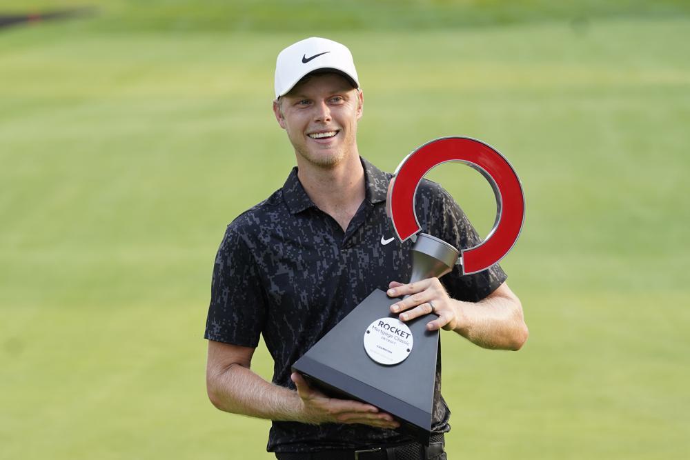 Davis nâng cúp trên sân Detroit Golf Club hôm 4/7. Ảnh: AP