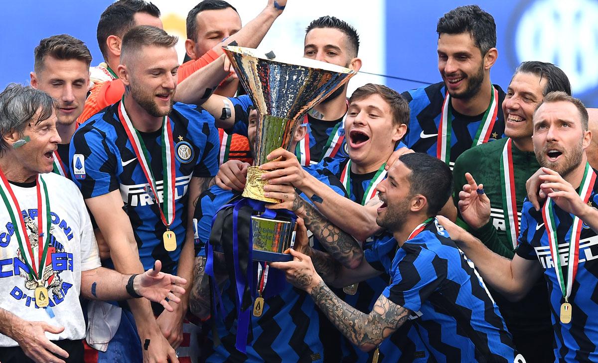 Barella cùng các đồng đội Inter nâng scudetto trong lễ đăng quang hôm 25/5. Ảnh: Inter.it
