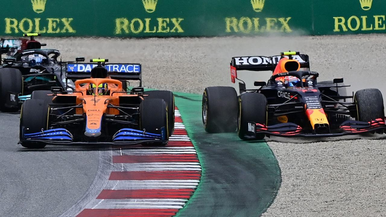 Lando Norris (mobil oranye) menyebabkan Perez terlempar ke kerikil di Tikungan 4, ronde keempat GP Austria.  Foto: F1
