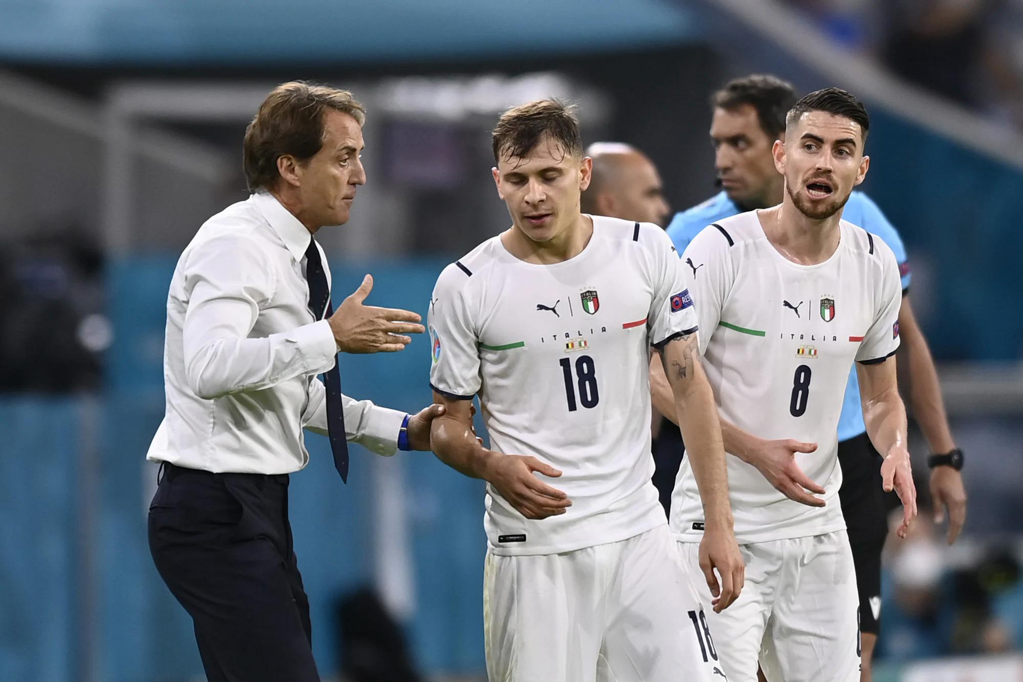 Mancini dặn dò Barella (số 18) trong trận tứ kết trên sân Allianz hôm 2/7. Ảnh: Lapresse
