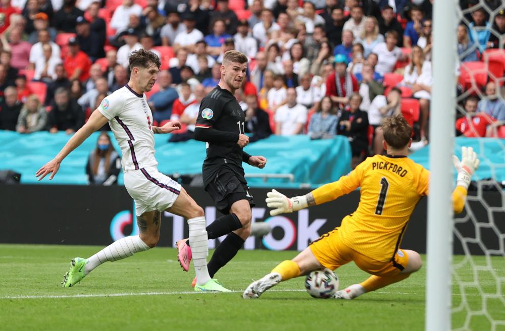 Pickford memblokir penyelesaian Timo Werner dalam kemenangan 2-0 Inggris atas Jerman.  Foto: Reuters.