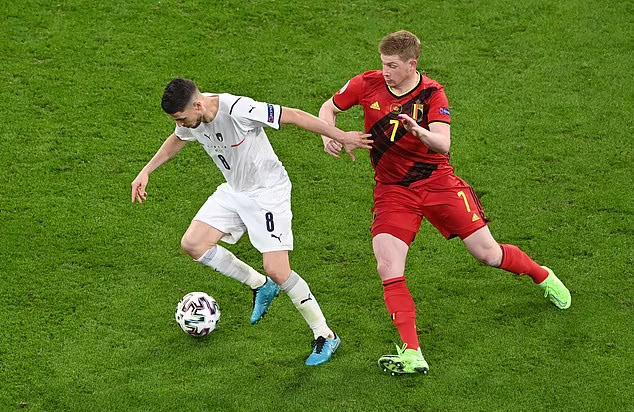 จอร์จินโญ่ (เสื้อขาว) ครองบอลก่อนที่เดอ บรอยน์จะท้าทายในเกมที่อิตาลีเอาชนะเบลเยียม 2-1 ยูโร รอบก่อนรองชนะเลิศ  ภาพ: สำนักข่าวรอยเตอร์