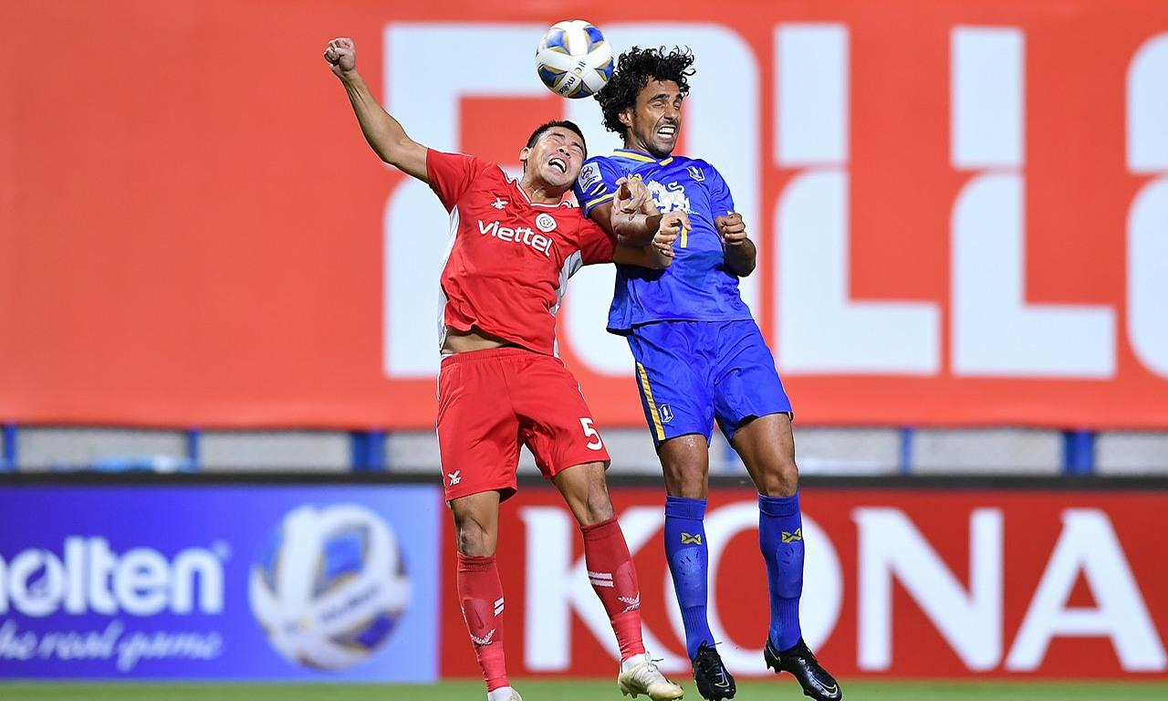 Diogo (phải) hơn về trình độ so với các cầu thủ Viettel.