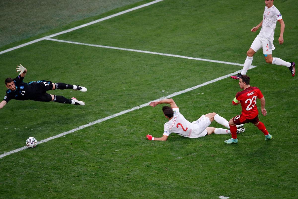 Hàng thủ Tây Ban Nha mắc lỗi trong tình huống để Shaqiri ghi bàn gỡ hoà cho Thuỵ Sĩ ở tứ kết. Ảnh: AFP