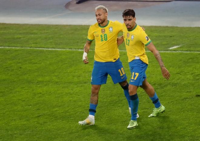 Neymar (kiri) merayakan gol dengan Paqueta.  Foto: Reuters