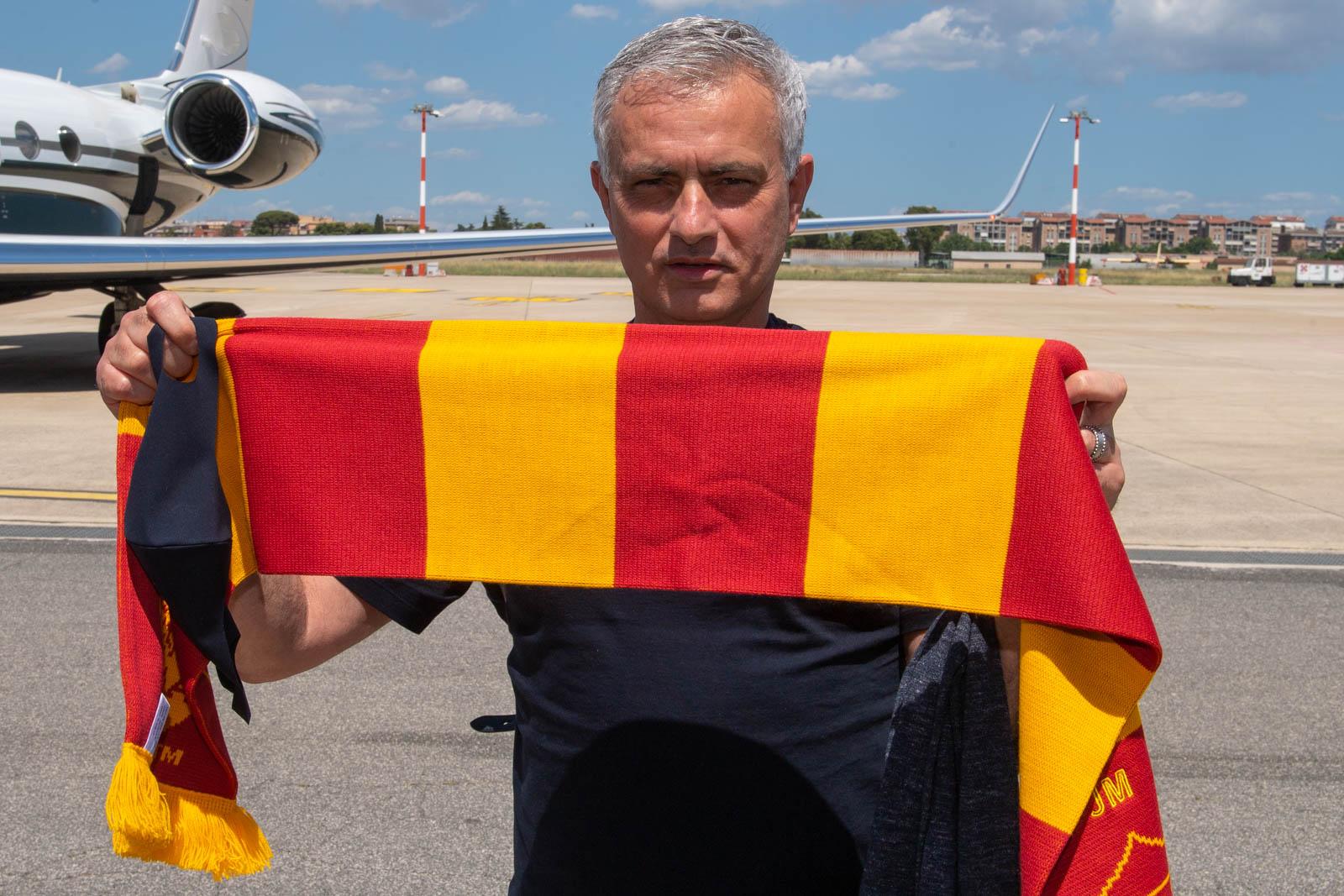 Mourinho terbang ke Roma pada 4 Juli untuk memulai pekerjaan baru di AS Roma.  Foto: Twitter / AS Roma