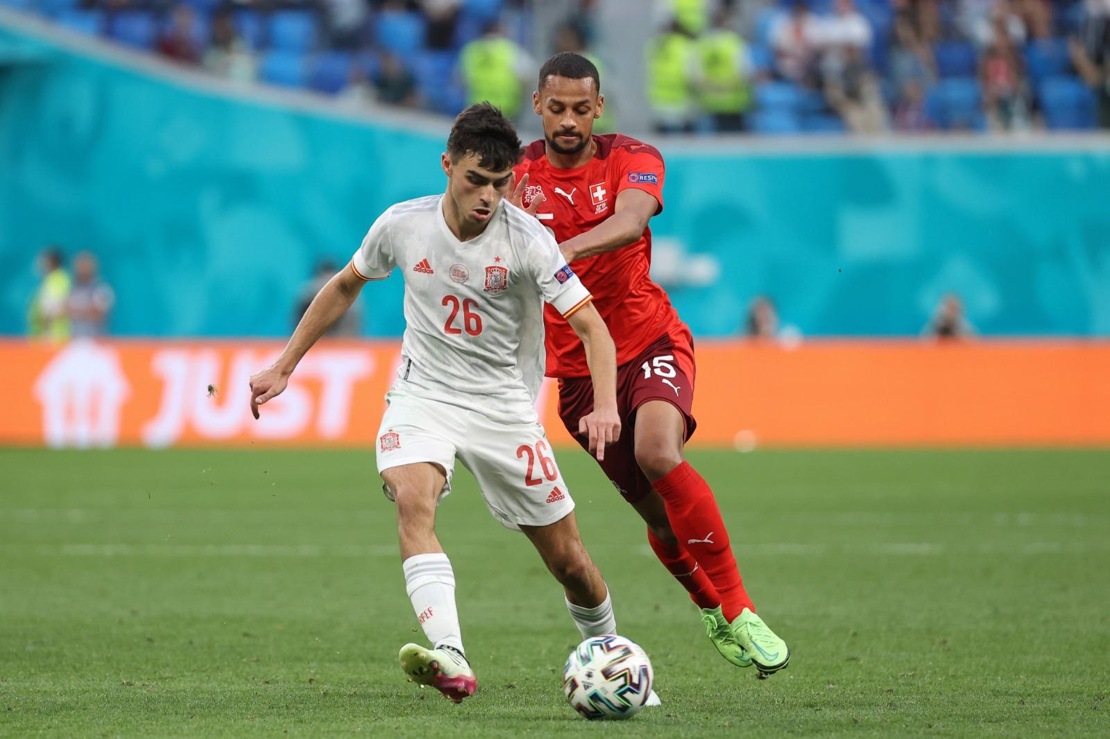Pedri (No. 26) menggiring bola di perempat final yang membuat Spanyol mengalahkan Swiss.  Foto: RFEF