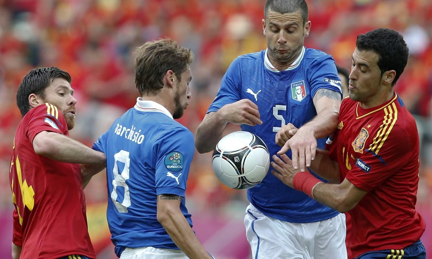 Busquets pernah mengalahkan Italia dengan Spanyol di final Euro 2012. Foto: Reuters.