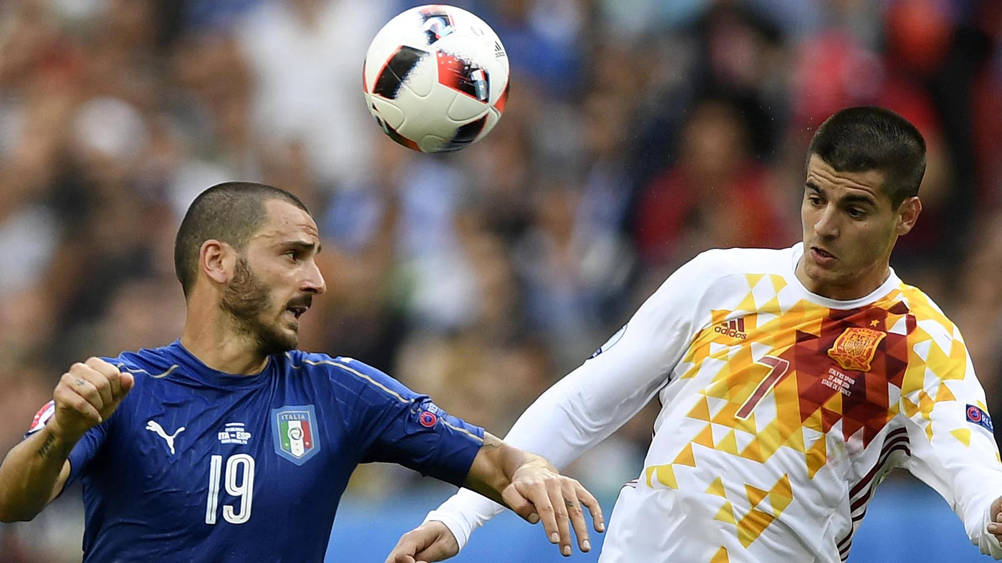 Bonucci và Morata tranh chấp trong trận Italy - Tây Ban Nha ở vòng 1/8 Euro 2016. Ảnh: UEFA