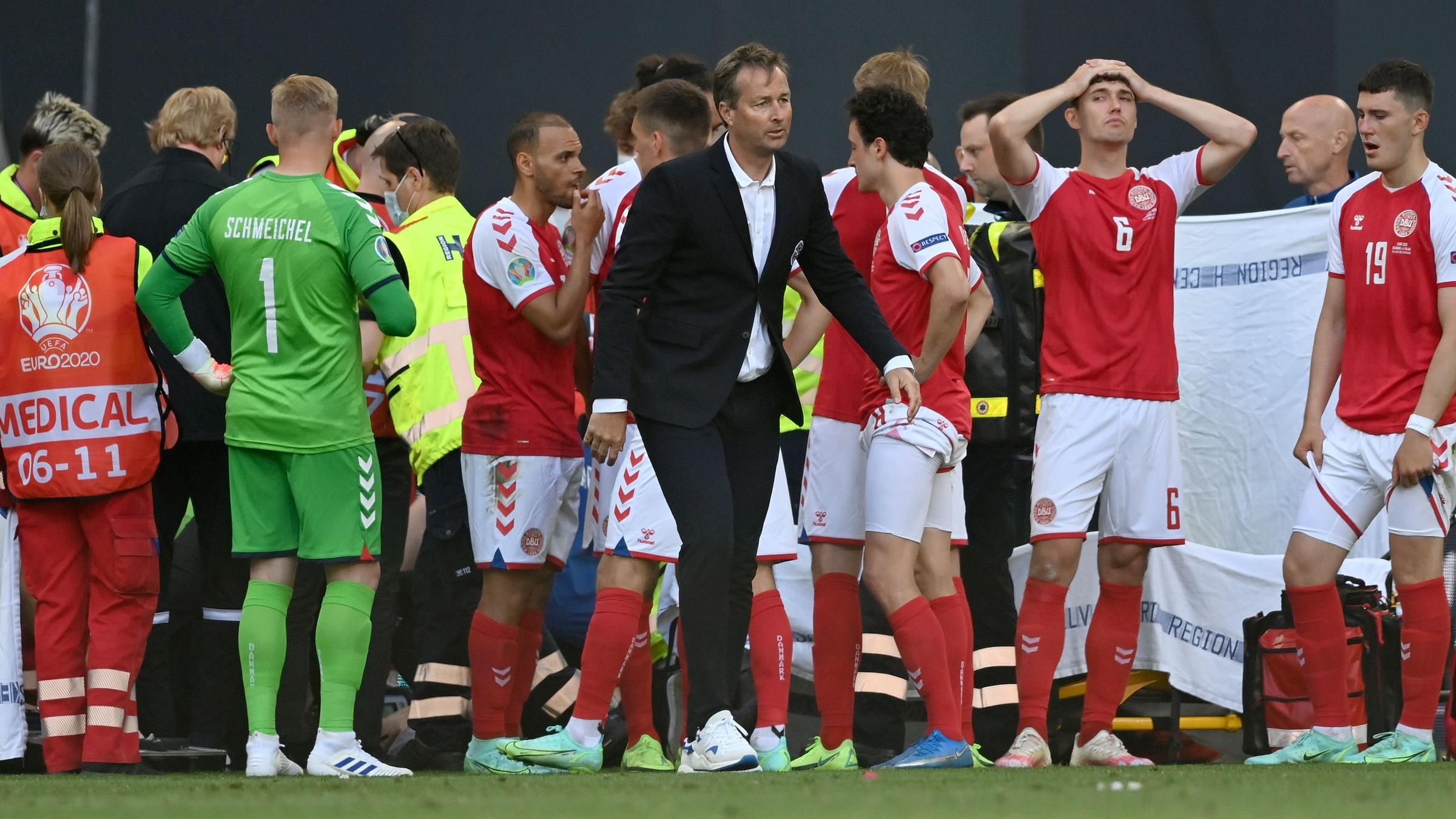 Hjulmand đau buồn nhưng vẫn tỏ ra bình tỉnh trong khi các học trò bàng hoàng vì sự cố Eriksen đột quỵ trên sân Parken trong trận Đan Mạch - Phần Lan hôm 12/6. Ảnh: AP