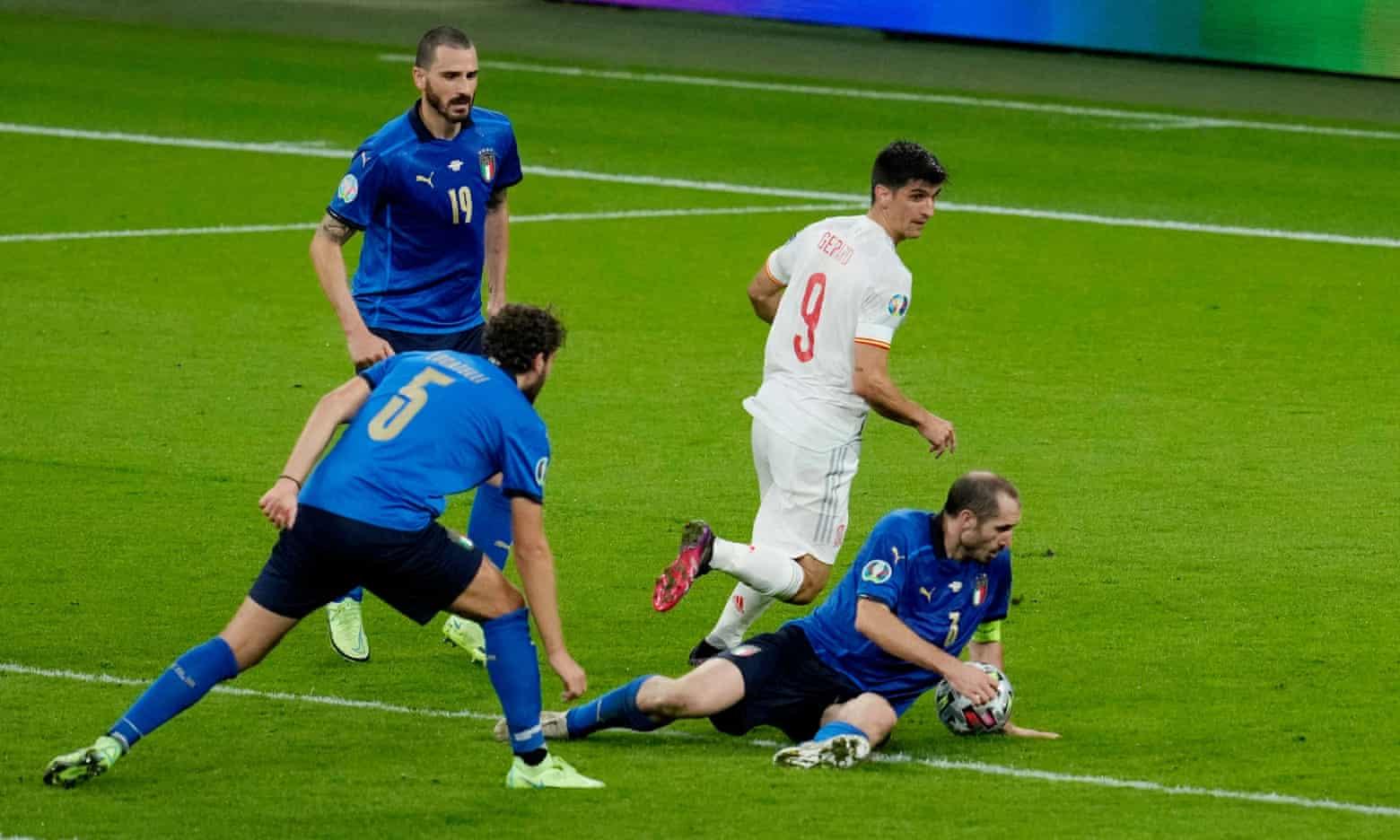 Bóng chạm tay Bonucci nhưng không có phạt đền cho Tây Ban Nha, do luật mới của FIFA quy định cầu thủ để bóng chạm tay khi đã ngã chống tay không phải chịu phạt đền. Ảnh: AP