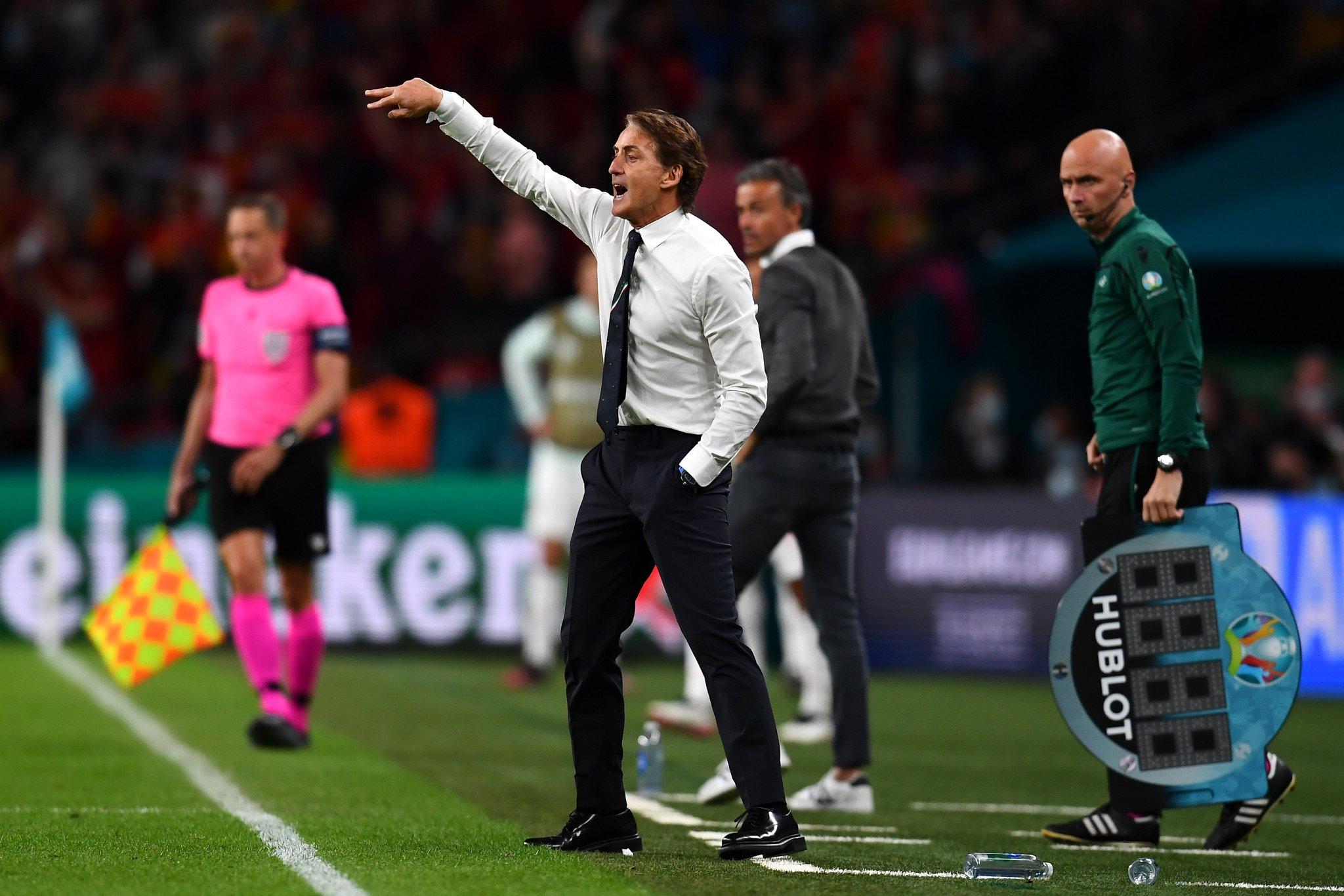 Mancini hò hét nhắc nhở các học trò tập trung trong hiệp phụ thứ nhất. Ảnh: FIGC