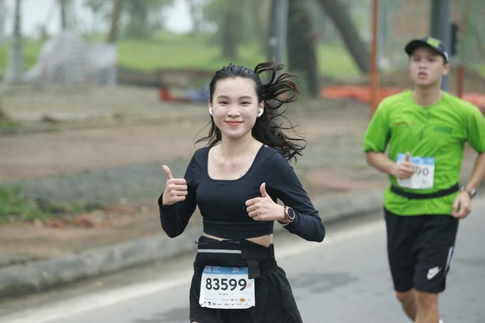 Nữ runner trên đường chạy VM Huế 2020. Ảnh: VnExpress Marathon.