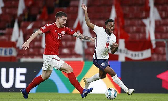 Đan Mạch (áo đỏ) không thua kém nhiều so với Anh, dù có ít ngôi sao hơn. Ảnh: Reuters