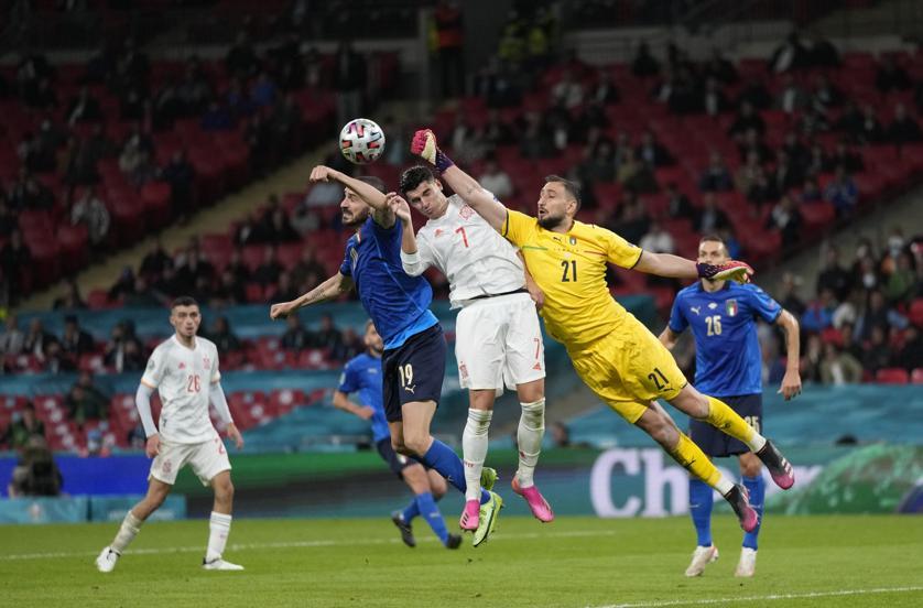 """โบนุชชี่ (หมายเลข 19) และอิตาลีเข้ารอบชิงชนะเลิศหลังจากต่อสู้อย่างกล้าหาญกว่า 120 นาที  ภาพถ่าย: """"AP."""