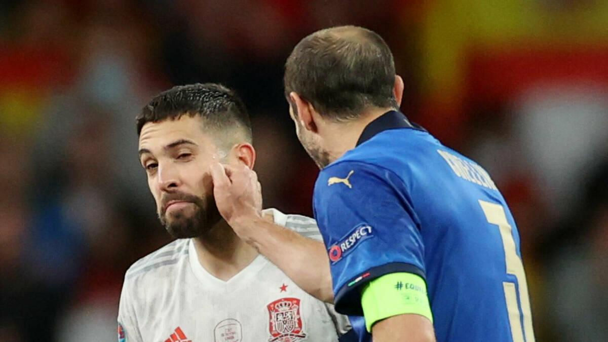 Chiellini đấm yêu Alba trước loạt đá luân lưu cân não. Ảnh: Reuters