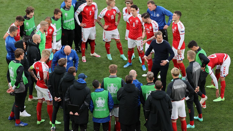 Hjulmand chỉ họp nhanh với cả đội trước khi Đan Mạch trở lại sân đá nốt phần còn lại của trận đấu với Phần Lan bị hoãn vì sự cố Eriksen. Ảnh: Reuters