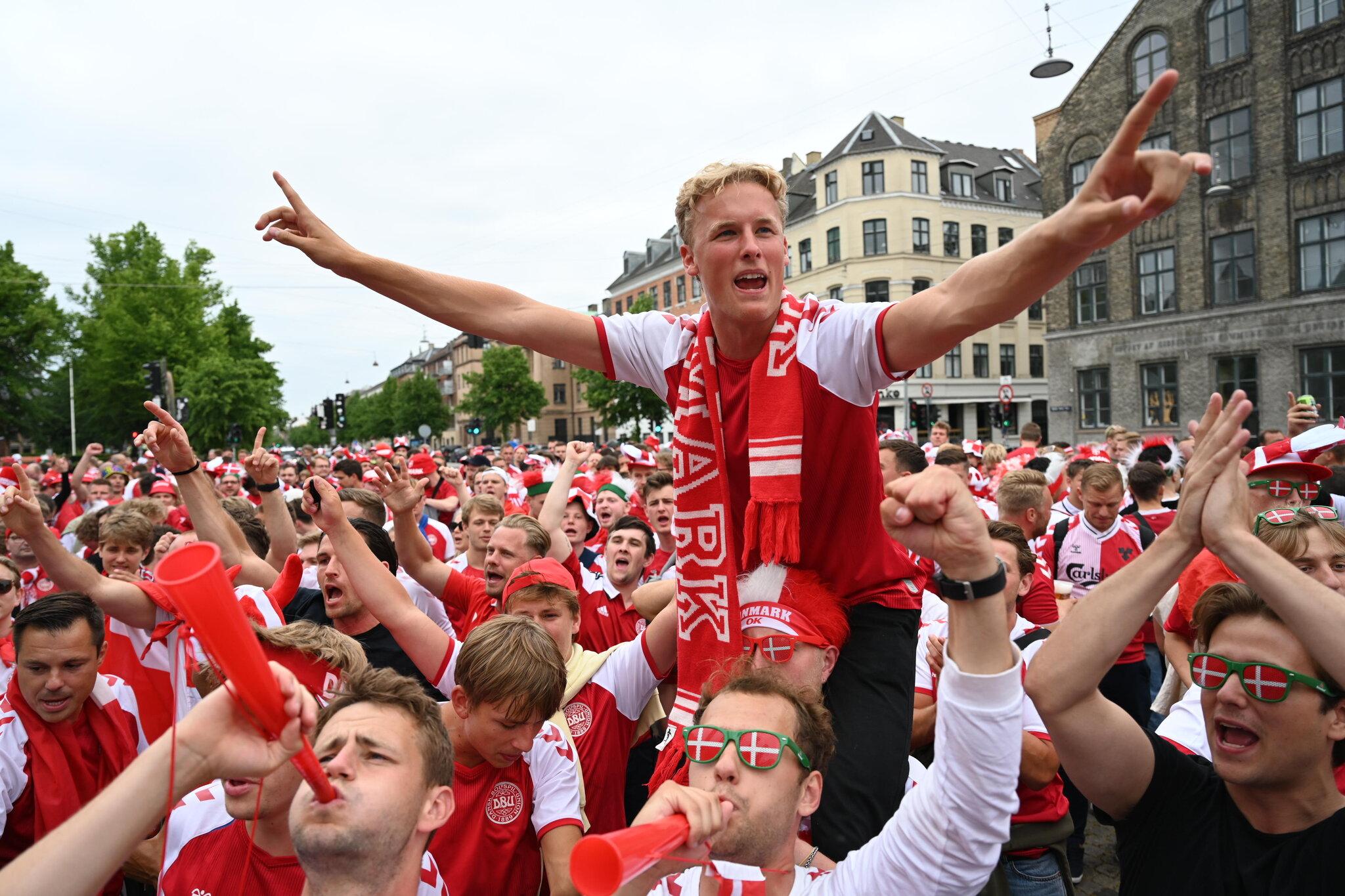 Perjalanan tim nasional membawa kebanggaan besar bagi para penggemar Denmark.  Foto: NYT.