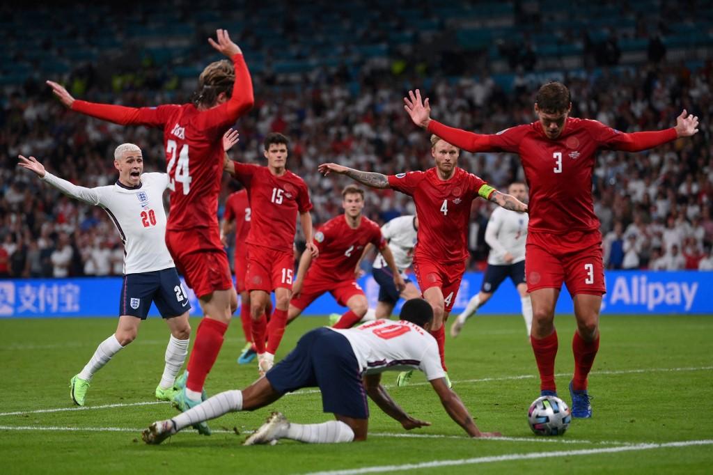 Sterling ngã ra sân sau khi va chạm với cầu thủ Đan Mạch. Ảnh: AFP.