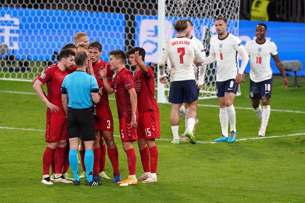 Cầu thủ Đan Mạch phản đối trọng tài Makkelie sau khi bị ông này thổi phạt đền. Ảnh: PA