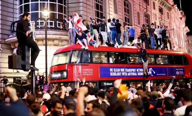 แฟนบอลอังกฤษเรียกร้องอัศวินเพื่อโค้ชเซาธ์เกต - 1
