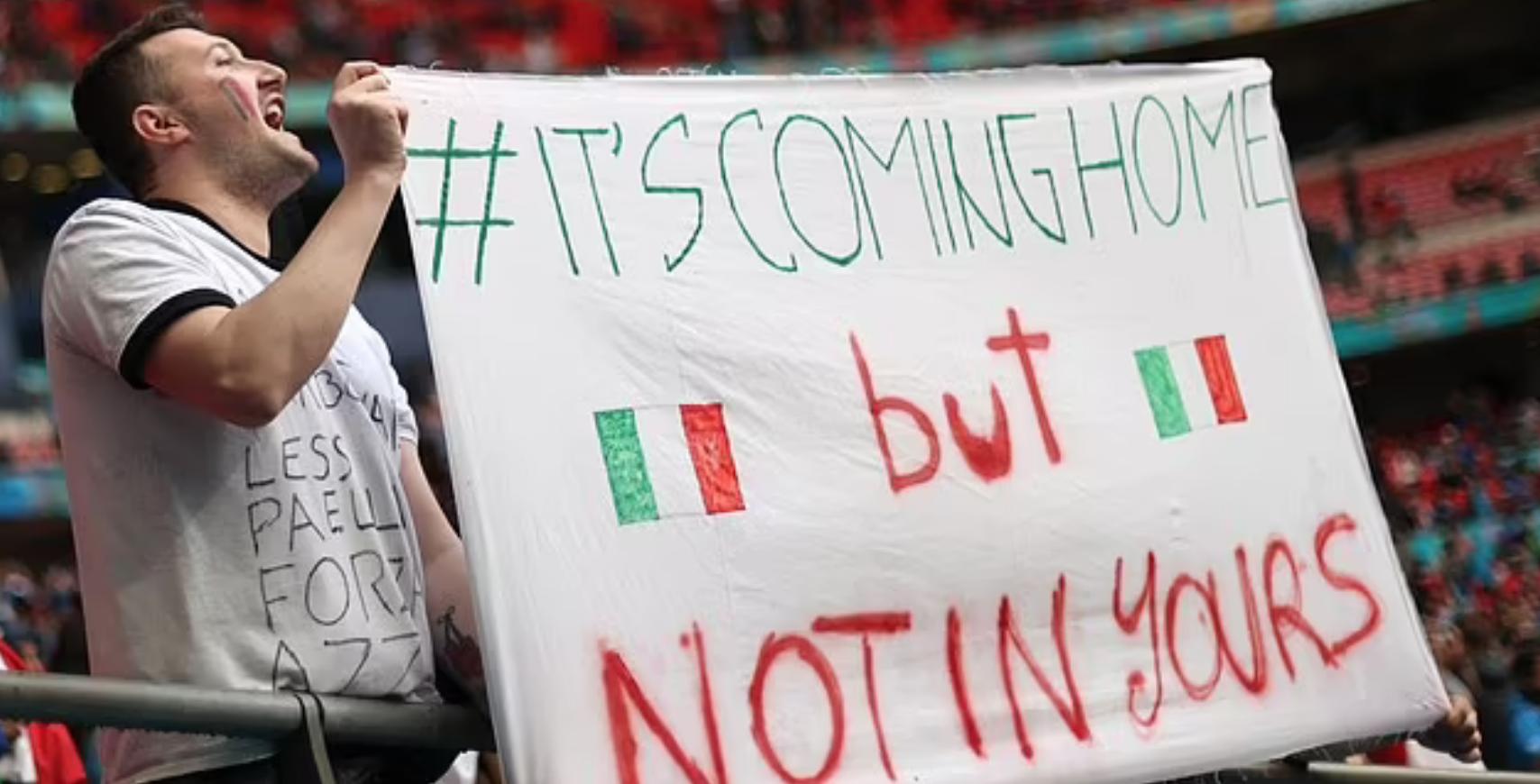 Fans Italia mengejek Inggris.