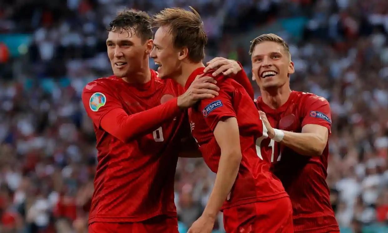 Damsgaard ghi bàn đá phạt đầu tiên tại Euro 2021. Ảnh: Guardian.