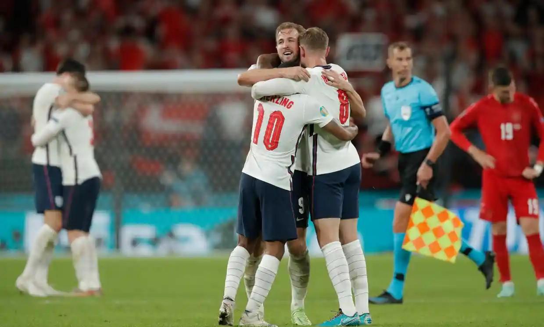 Kane chia vui cùng đồng đội sau khi ghi bàn thứ tư tại Euro 2021. Ảnh: Guardian.